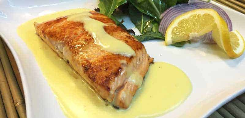 salmon con salsa holandesa